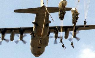 美英空降部队乘C130联合训练