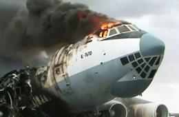 也门机场伊尔76遭到空袭燃起大火
