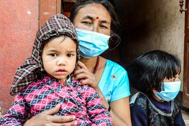 废墟中的母爱:尼泊尔灾民母亲群像