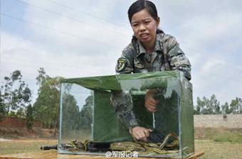 解放军女特种兵从蛇窝中掏枪