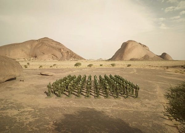 [图]真假难辨:摄影师用玩具士兵重构出沙漠场景