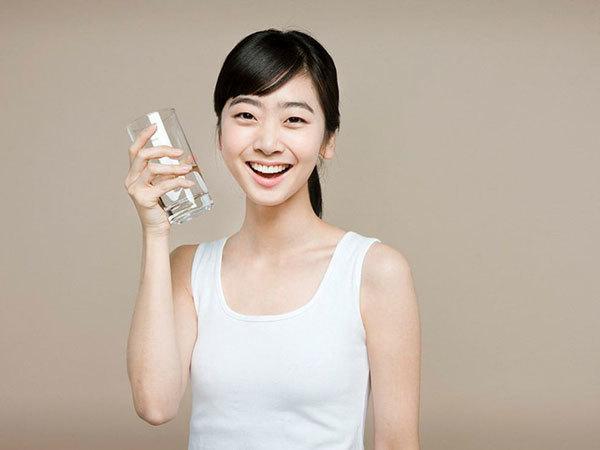 7点~9点:喝2杯水。起床后喝至少2杯水(每杯约227毫升)。研究表明,与起床后不喝水的人相比,喝水者可多减重5磅(约2.3公斤)。