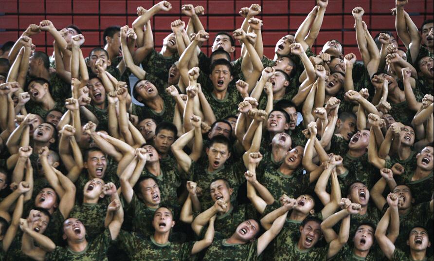 年8月19日,人民解放军战士在北京体育馆排练音乐剧《复兴之路》