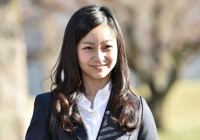 日本佳子公主穿热裤羞涩亮相社团活动引关注