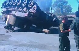 乌克兰政府军自行火炮装车时侧翻