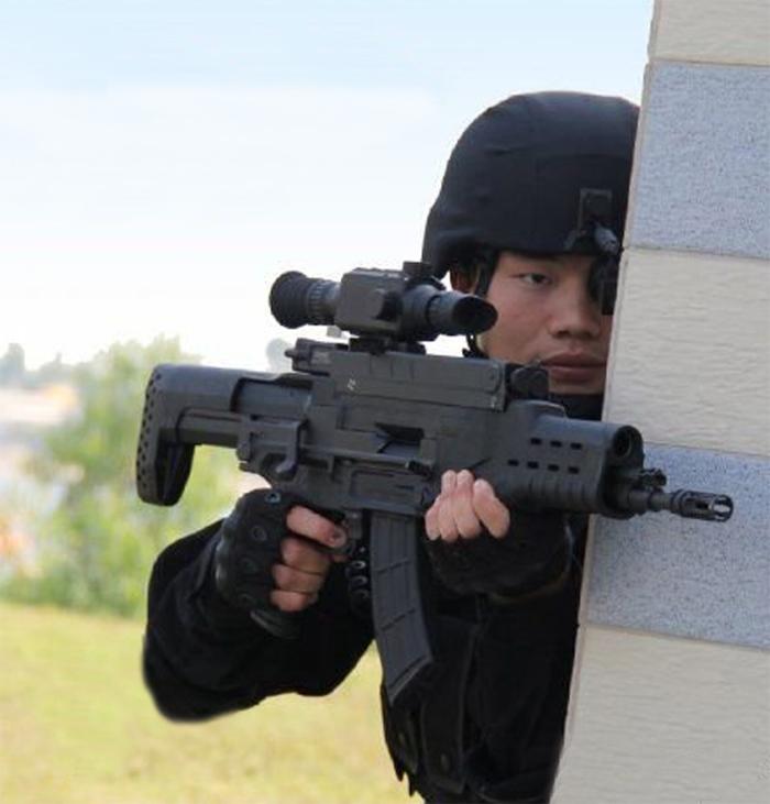 国产战略大枪拐角射击技能演示