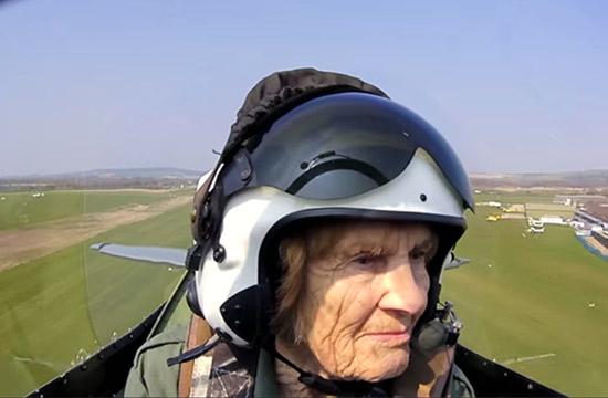 92岁二战女飞行员再开战机上天