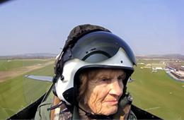 92岁二战女飞行员再次开战机上天