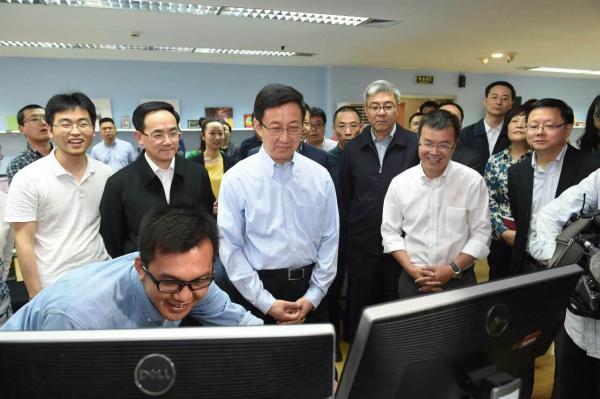 上海市委书记韩正调研澎湃 围观大疆无人机