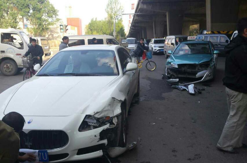 出租车撞玛莎拉蒂 女司机当街吓哭高清图片