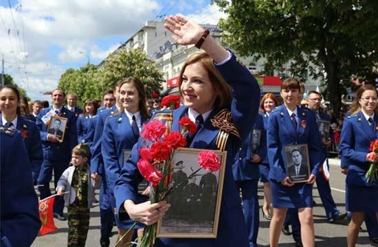 克里米亚美女检察长参加阅兵