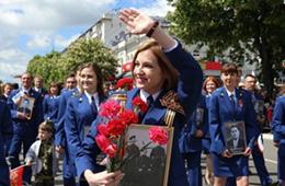 克里米亚美女检察长参加胜利日阅兵