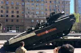 实拍俄军T-15装甲车开上拖车失败