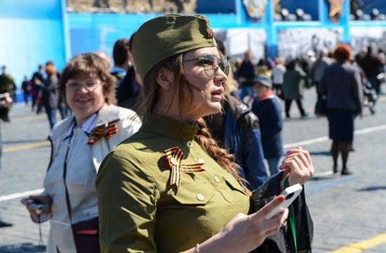 俄胜利日阅兵现场军装美女抢眼