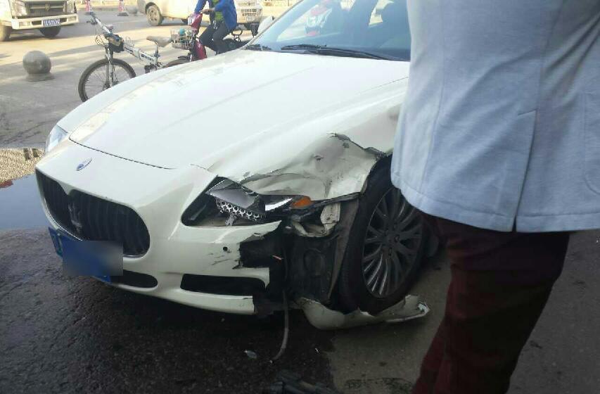 出租车撞玛莎拉蒂 司机认全责捂脸落泪高清图片