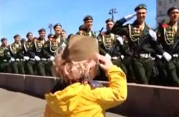 萌翻!俄罗斯小军迷向阅兵部队敬礼致意