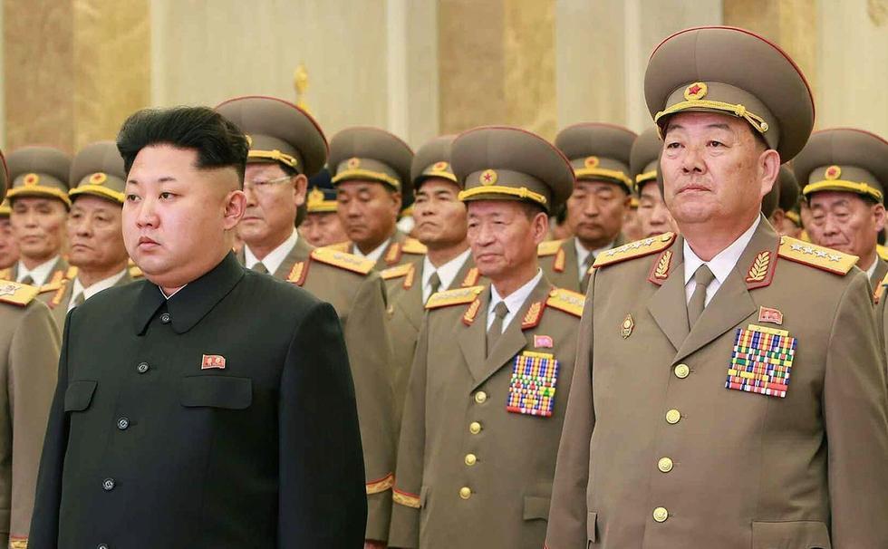 年2月16日,朝鲜最高领导人金正恩(左)与朝鲜人民武力部长玄永图片