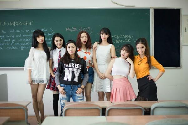 大学一个班同出七美女 男网友:当初选错学校了