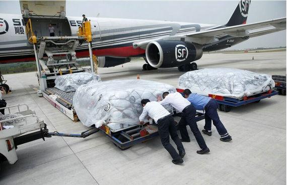 中国民营航空首次参与国际救灾运输任务(图)