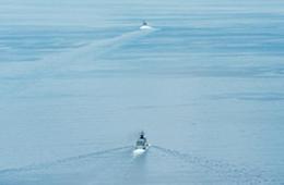 中国护卫舰在南海监视美军LCS舰