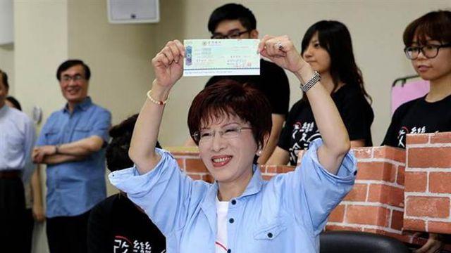 洪秀柱初选登记秀700万支票 不拿党部一毛钱