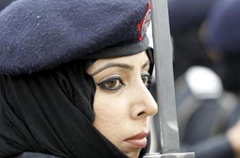 巴基斯坦70多名女警官持枪入役