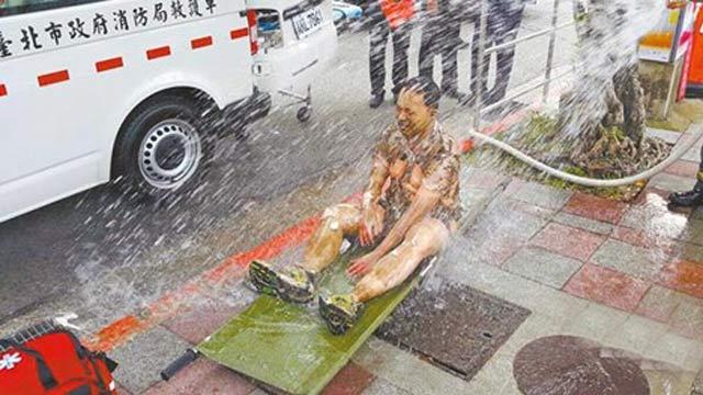 """台湾一男子在台""""总统府""""前自焚"""