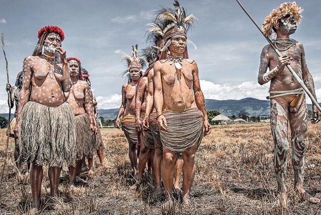 摄影师用镜头探寻印尼原始部落的生活