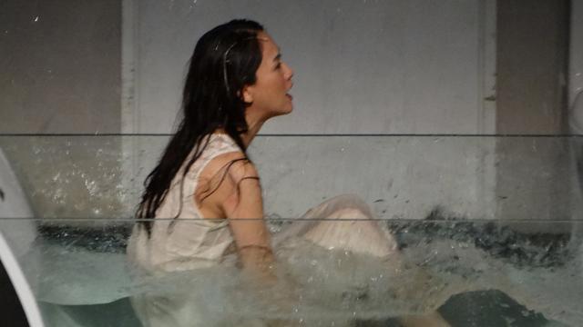 陈乔恩躺水缸玩湿身诱惑