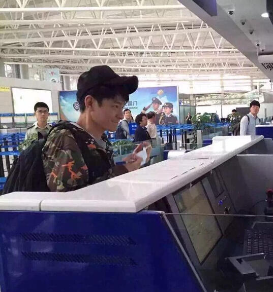 刘德华打扮时尚低调现身机场 54岁被赞逆生长