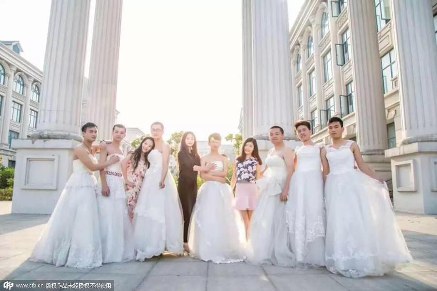 毕业季男生集体穿婚纱享受毕业婚纱照