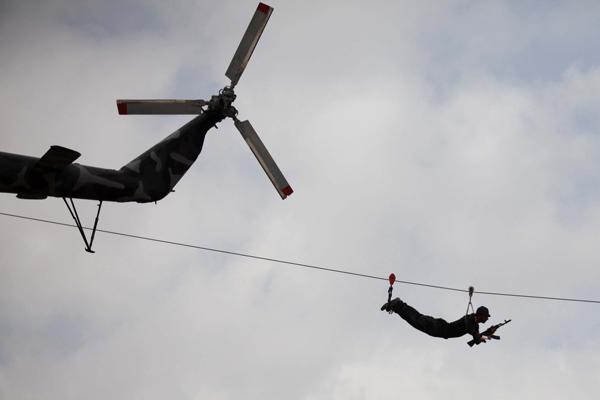 巴勒斯坦安全部队阅兵上演高空溜索