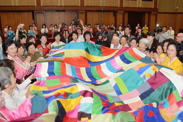 世界女性和平主义者会见朝鲜女性代表
