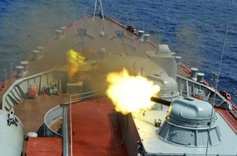 俄万吨巡洋舰2炮齐发猛吐火舌