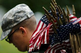 美军插2万多国旗纪念阵亡将士