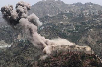 也门一处古堡遭空袭浓烟冲天
