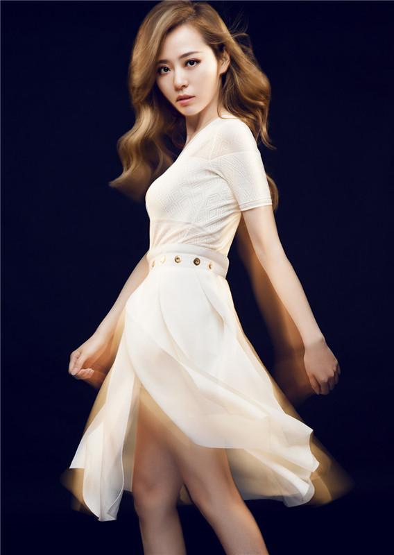 张靓颖登《外滩画报》封面 时尚气质演绎梦幻风情