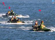 南京军区两栖坦克大编队水面突击