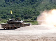 韩国陆军K-1主战坦克进行射击训练