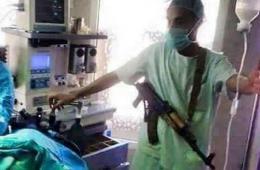也门医护人员挎着步枪救死扶伤