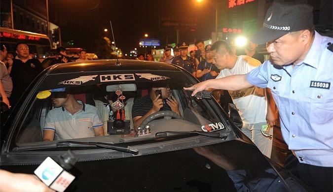 北京百名执法人员查专车 持锤破窗抓司机