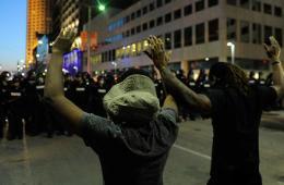 美克利夫兰抗议者面对警察举起双手