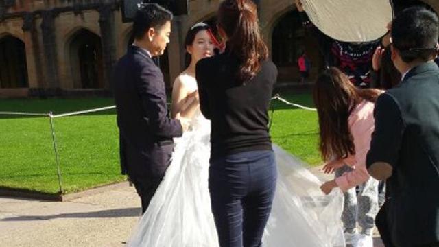 曝刘强东章泽天悉尼拍婚照 奶茶妹动人