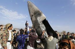 胡塞武装展示击落沙特F-16战机残骸