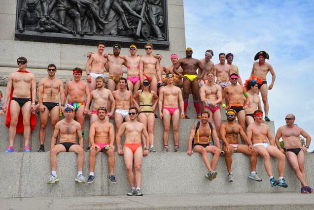 英国一公益组织成员街头半裸募捐