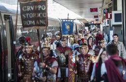 """意""""古罗马军团""""坐火车去米兰看世博"""