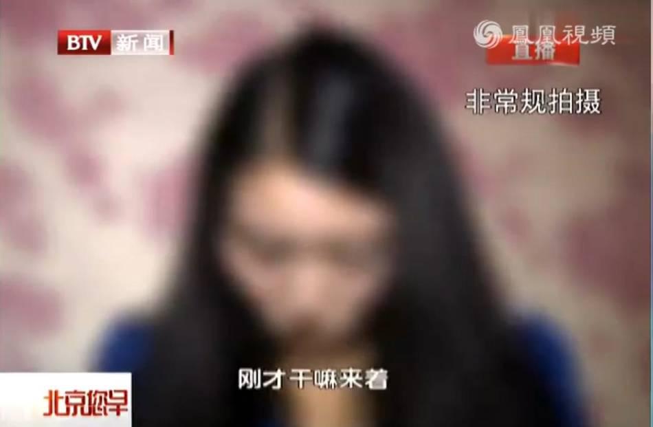 北京洗浴中心扫黄 裸体男子用手臂遮脸