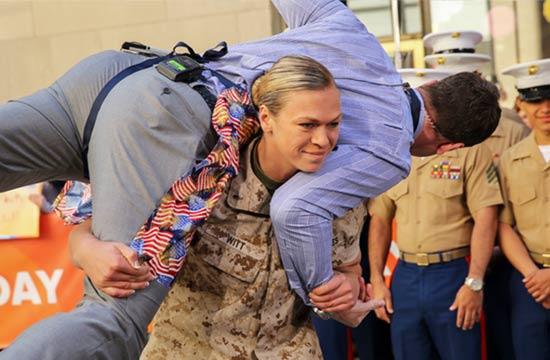 美国彪悍女军官扛起男人就跑