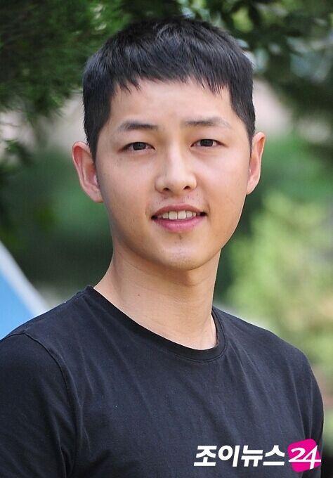 当天上午8时,宋仲基在韩国江原道高城郡第22师团完成退伍申报仪式