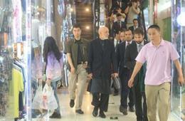 阿富汗前总统卡尔扎伊逛秀水 中文打招呼
